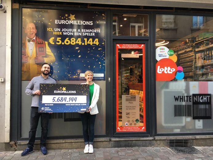 Liliane Goor van de Nationale Loterij overhandigde donderdag de symbolische cheque aan krantenwinkeluitbater Hagopian Bedig. Hij verkocht het winnende lot.