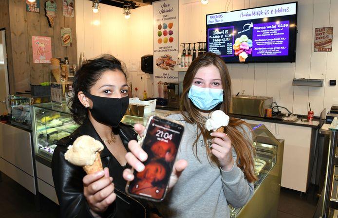 Vriendinnen Jasmine en Cheyenne kopen na 21 uur nog een ijsje nu je tot 22uur naar buiten mag.