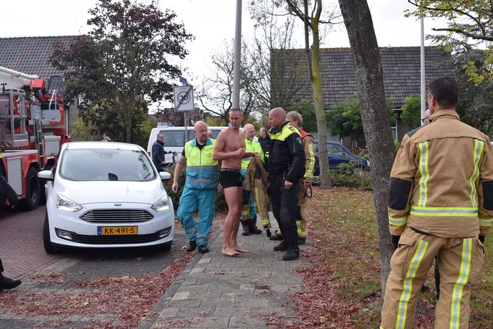 Held redt peuter uit water Thorbeckestraat in Naaldwijk.