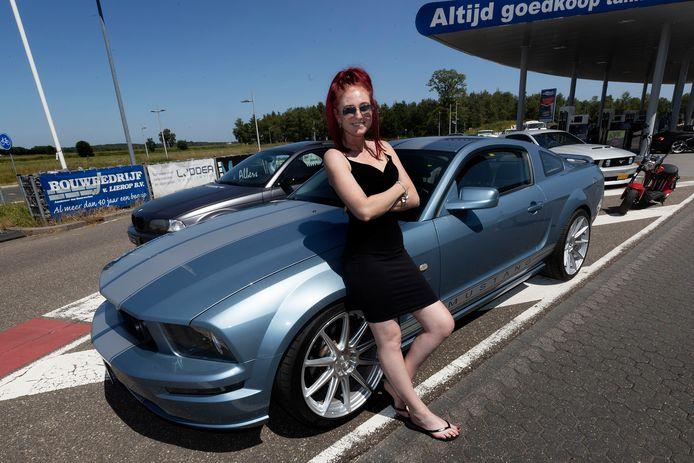 Romana van den Heuvel uit Weert met haar Mustang GT.