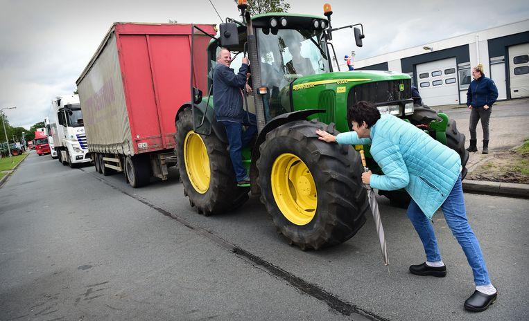 Boerenprotest tegen veevoermaatregel die wordt ingesteld als stikstofmaatregel. Een distributiecentrum van Albert Heijn in Zwolle werd geblokkeerd. Beeld Marcel van den Bergh