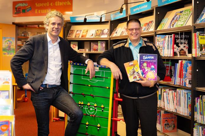 Bibliotheek-directeur Sergei Versteeg (links) en Ron Prins, voorzitter van stichting Speel-o-theek Drunen.