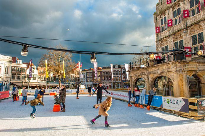De ijsbaan op de Goudse Markt rondom het stadhuis.