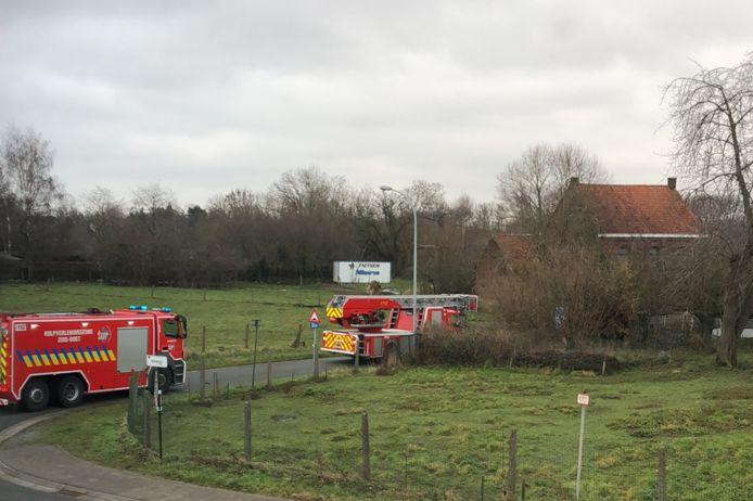 Verschillende brandweervoertuigen arriveerden zaterdagmiddag in de Grote Gentweg in Erpe.
