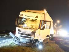 Trucker schiet door vangrail en richt ravage aan op A12