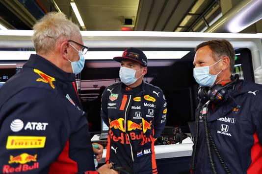 Max Verstappen in gesprek met Christian Horner en Helmut Marko.