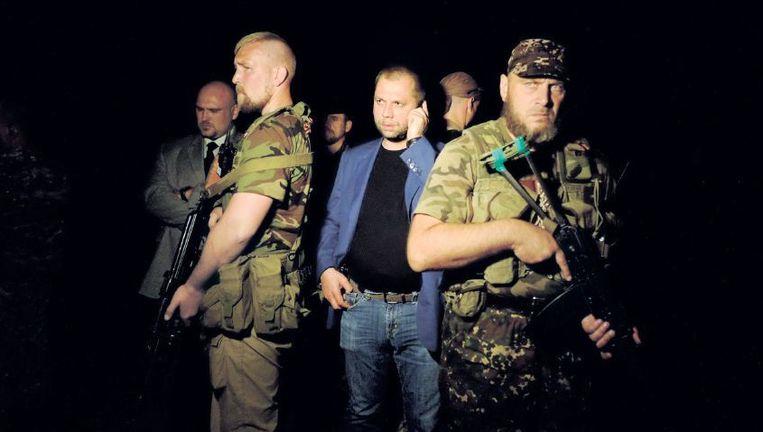 Aleksandr Borodaj (midden), de zelfbenoemde premier van de 'Volksrepubliek Donetsk', arriveert op de plaats waar vlucht MH17 is neergestort. Beeld afp