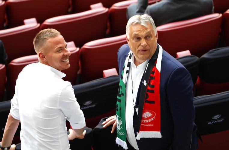 De Hongaarse voetballer Balázs Dzsudzsák en premier Viktor Orbán. Beeld EPA
