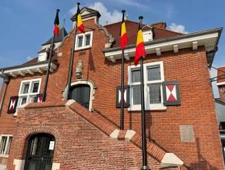 Gemeente supportert voor Rode Duivels: Europese vlag en Vlaamse leeuw vervangen door nationale driekleur