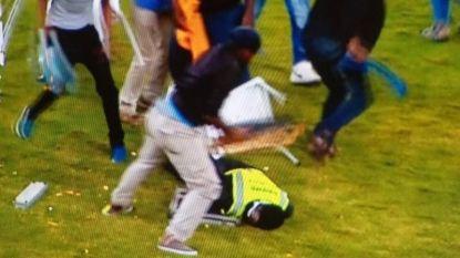 Schokkende beelden: Zuid-Afrikaanse fans takelen steward stevig toe waarna die roerloos op de grond blijft liggen
