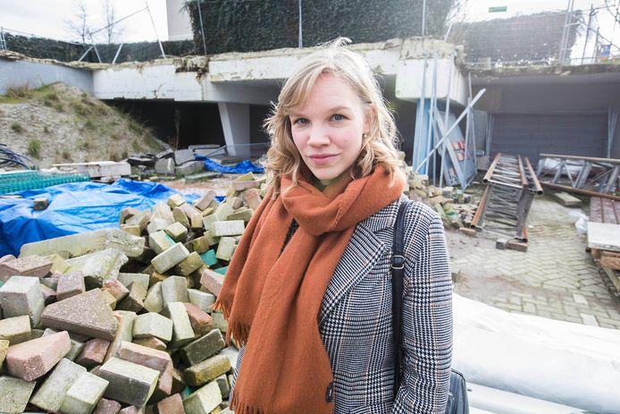 Schrijfster Lucia van den Brink op de bouwplaats van het oude stadhuis.