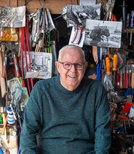 Met zijn slijpgerei trekt scharensliep Cees de Mooij (81) van deur tot deur: 'Ik hoop het nog jaren te doen'