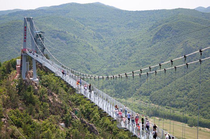 Archiefbeeld van glazen brug in Longjing, China.