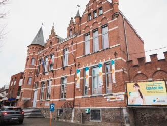 """Dak van Lummens gemeentehuis na 120 jaar aan vernieuwing toe: """"Dat resulteert in 9,7 ton minder CO2-uitstoot per jaar"""""""