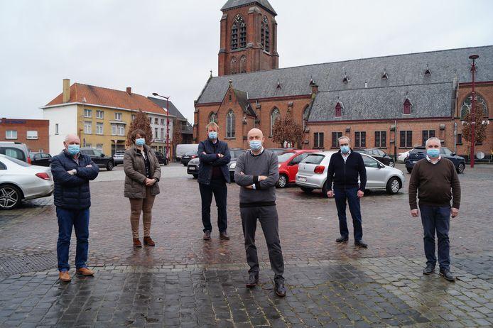 Het schepencollege op de Markt van Meulebeke. Van links naar rechts: Rik Priem, Katrien Seys, Paul Demeulemeester, burgemeester Dirk Verwilst, Jean-Marie Gunst en Danny Bossuyt.
