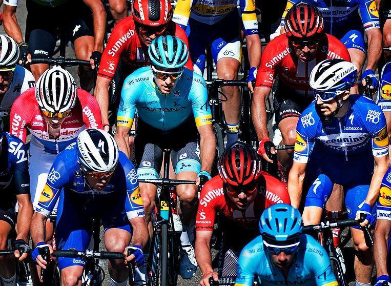 De 3 smaakmakers van het voorjaar van 2019: Mathieu van der Poel (links, in rood-wit-blauw ) en Jakob Fuglsang (midden, in lichtblauw) worden tijdens de klim van de Cauberg geobserveerd door Julian Alaphilippe (rechts, in donkerblauw).  Beeld Klaas Jan van der Weij