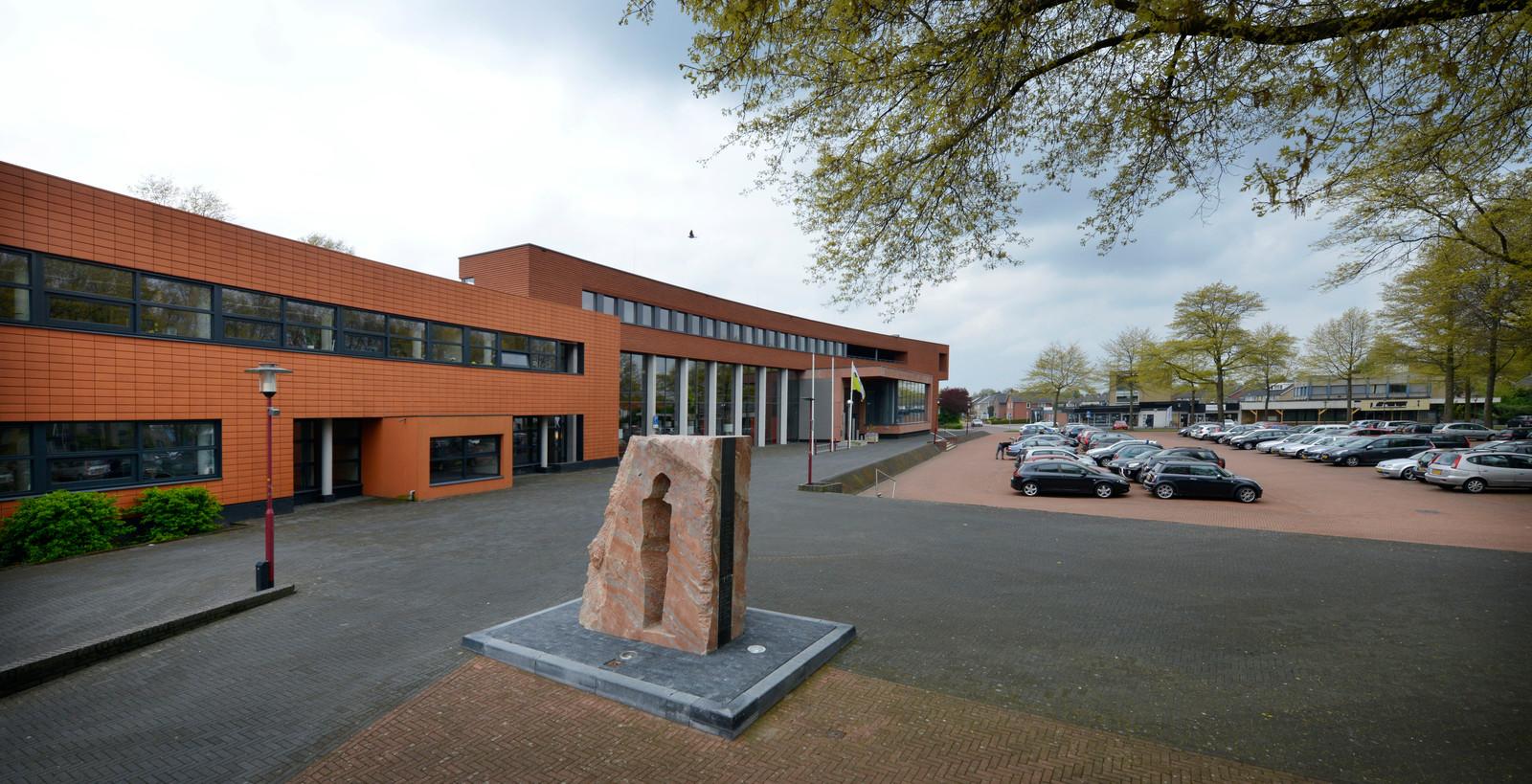 Aan het Vriezenveense Manitobaplein is onder andere het gemeentehuis van Twenterand gehuisvest.