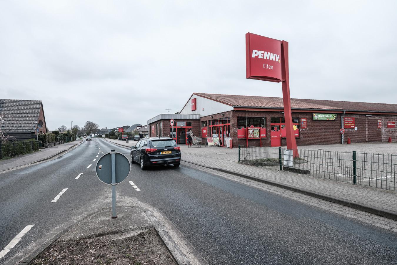 Een auto met Nederlands kenteken passeert de lege parkeerplaats van supermarkt Penny in Elten. Normaal staat de parkeerplaats vol met auto's uit Nederland.