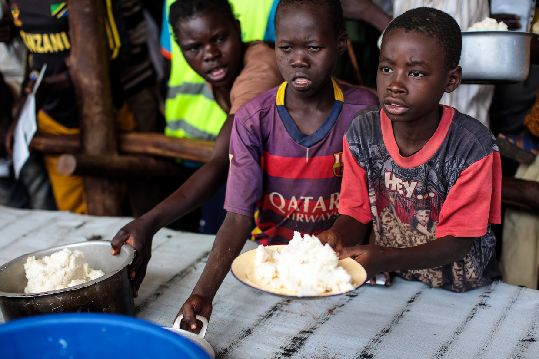 In Oeganda krijgen Congolese vluchtelingen voedsel uitgedeeld door het World Food Programme. Beeld Getty Images