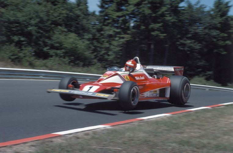 Nikki Lauda in zijn Ferrari 312T tijdens een training  op de Nürburgring in 1976.  Beeld Getty Images