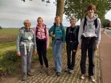 Vier kleinkinderen lopen met oma de pelgrimstocht: 'Ik zou dit normaal nooit doen'
