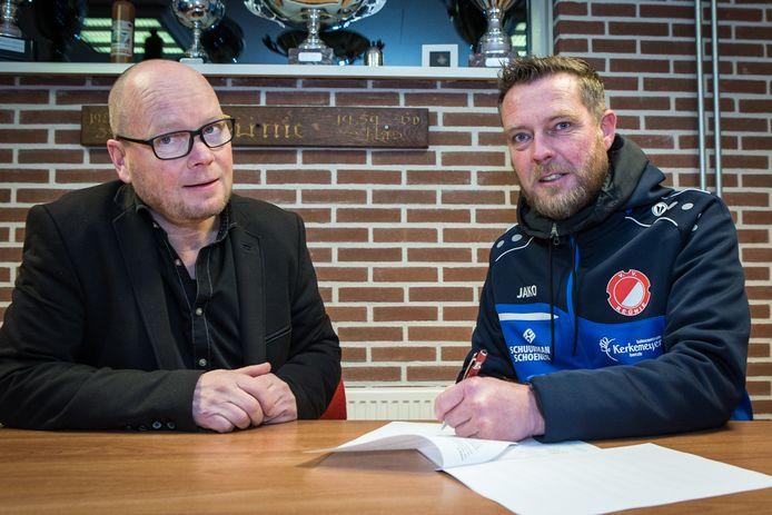 Voorzitter Robert Rinders (links) bij de presentatie van trainer Peter Jansen in 2019.