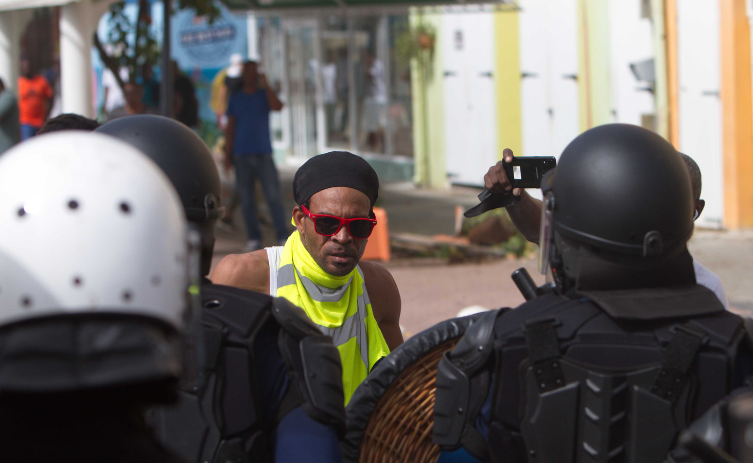 Politie treedt op tegen betogers tegen de regering in Willemstad.