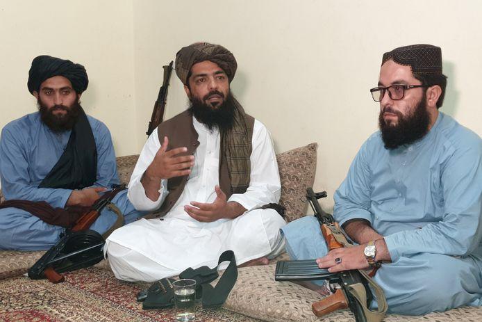 Waheedullah Hashimi (midden), een van de leiders van de taliban.
