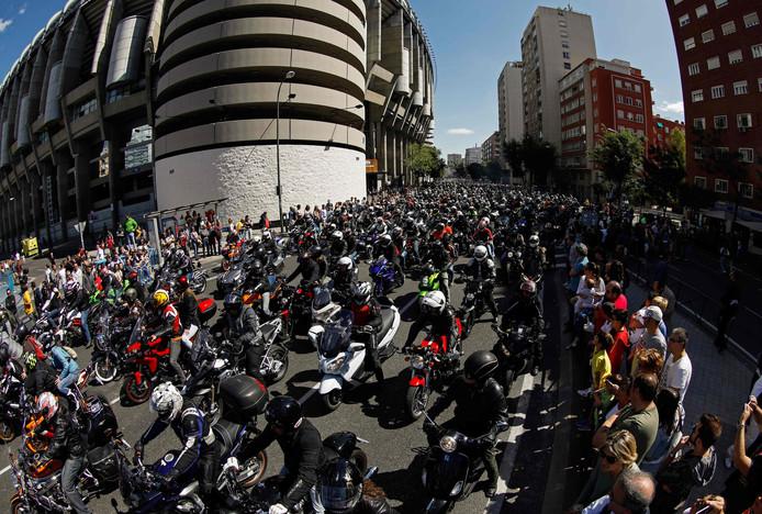 Motorrijders naast Estadio Bernabeu.
