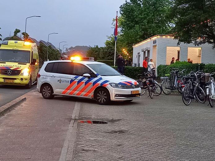 Politie en ambulance bij De Linde aan de Cranenburgsestraat in Groesbeek na het incident waarbij twee eigenaren gewond raakten.