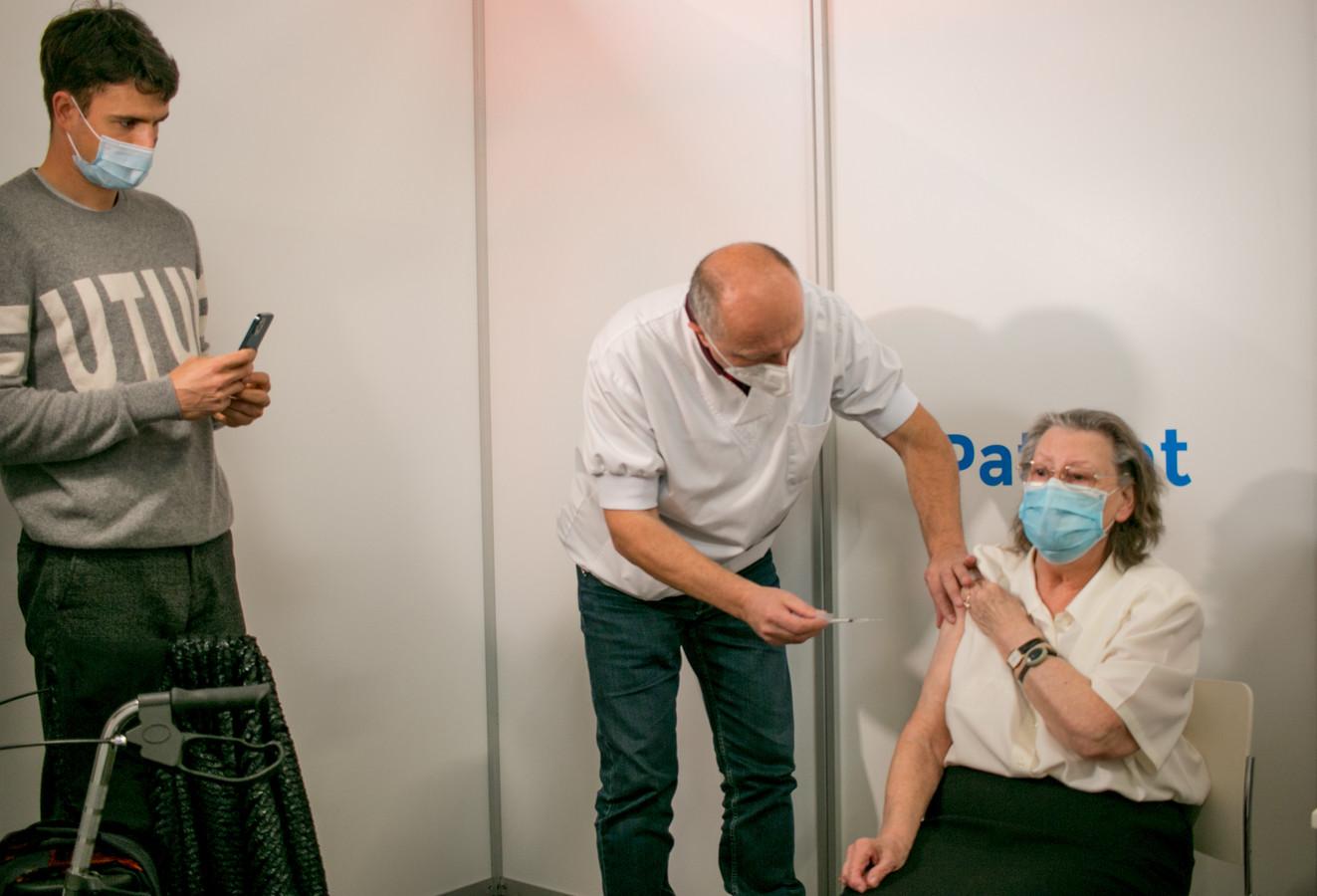 Conner Rousseau met zijn 79-jarige grootmoeder in het vaccinatiecentrum in Sint-Niklaas.