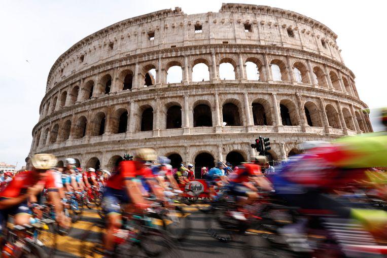 Het peloton raast voorbij het Colosseum tijdens de vorige editie van de Giro d'Italia. Beeld REUTERS