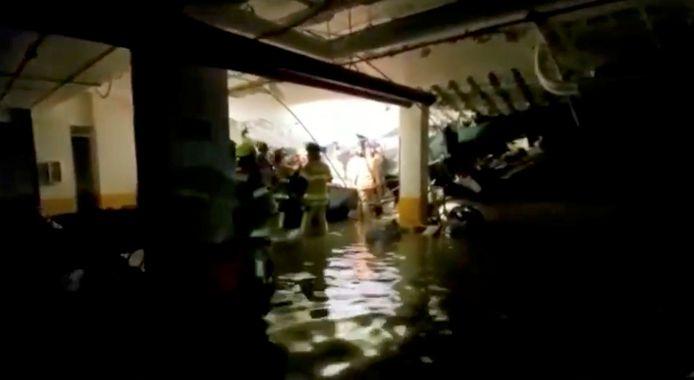 Reddingswerkers in de deels ondergelopen parkeergarage.