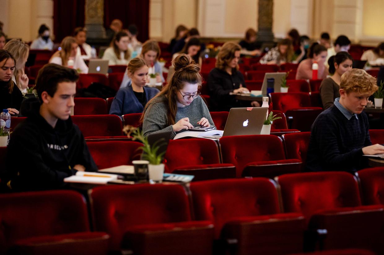Studenten studeren in de grote zaal van het Concertgebouw in Amsterdam, als gevolg van de coronacrisis.  Beeld ANP