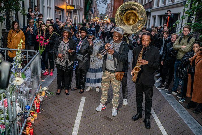 Mensen brengen een laatste groet aan Peter R. de Vries  in de Lange Leidsedwarsstraat, op de plek waar de misdaadjournalist op 6 juli werd neergeschoten.