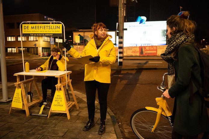Initiatiefneemsters praten met passerende fietsers over het gevoel van onveiligheid