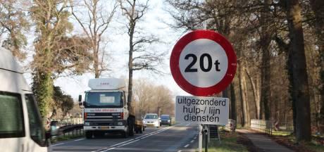 20-tonners rijden nog steeds over afgesloten Vloedstegenbrug op oude N18: 'Het gaat nu in het begin even fout'