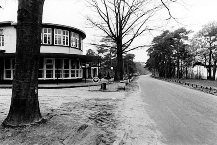 Het oude hotel aan de IJzeren Man in Vught dat eind jaren tachtig in vlammen opging.