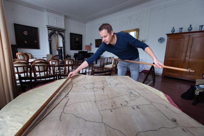 Historicus Martin van der Linde, werkzaam bij de IJsselacademie en betrokken bij het landgoed, met de door hem gevonden  kaart in havezate De Oldenhof