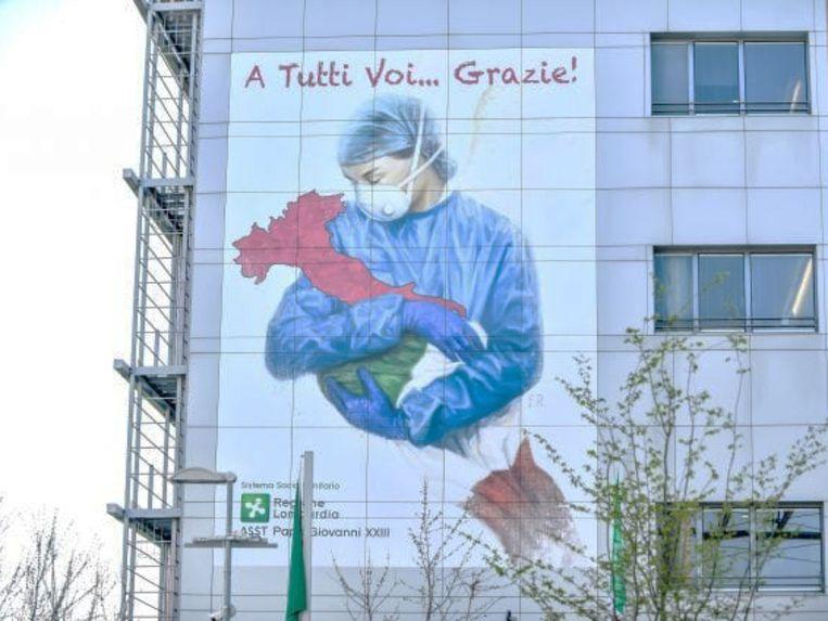 Op de muur van het Papa Giovanni XXIII-ziekenhuis in Bergamo staat deze tekening met de tekst: 'Iedereen... bedankt!' Beeld Eveline Rethmeier