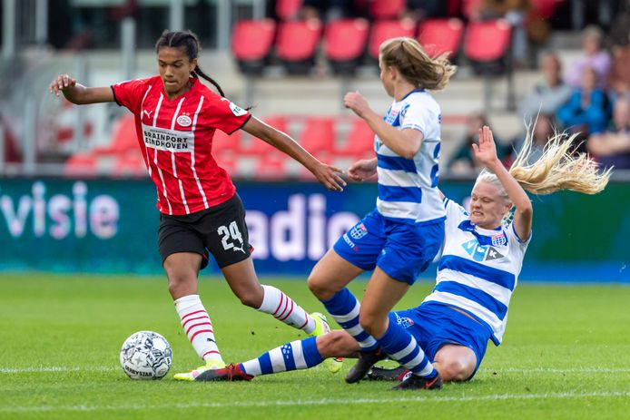PSV-talent Esmee Brugts was een plaag voor de verdediging van PEC Zwolle.