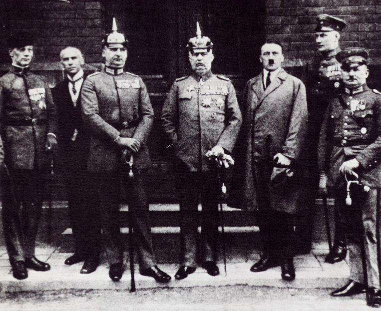 München: 'We zijn niet in Duitsland in 1933. Maar we zijn misschien wel in München in 1923', zo schreef de Amerikaanse jurist Lawrence Douglas in de Britse krant The Guardian na de bestorming woensdag van het Capitool. Op de foto Adolf Hitler na de putsch van 1923. Beeld Getty Images