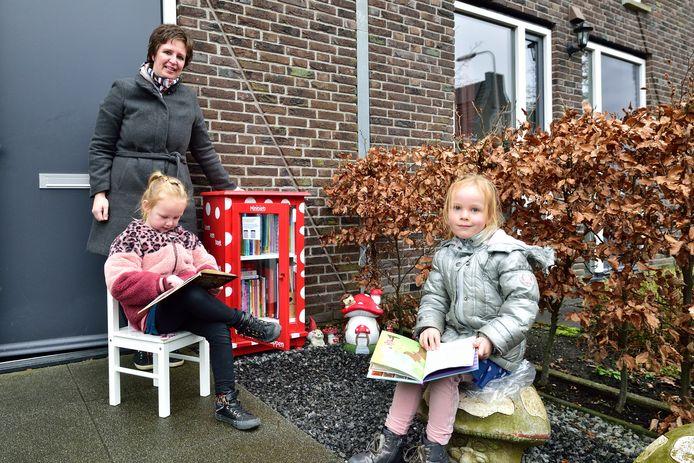 Tamara van Wijk met haar minibieb 'Rood met witte stippen', dochter Marit (5) en buurmeisje Dione Lok (4) in grijze jas.