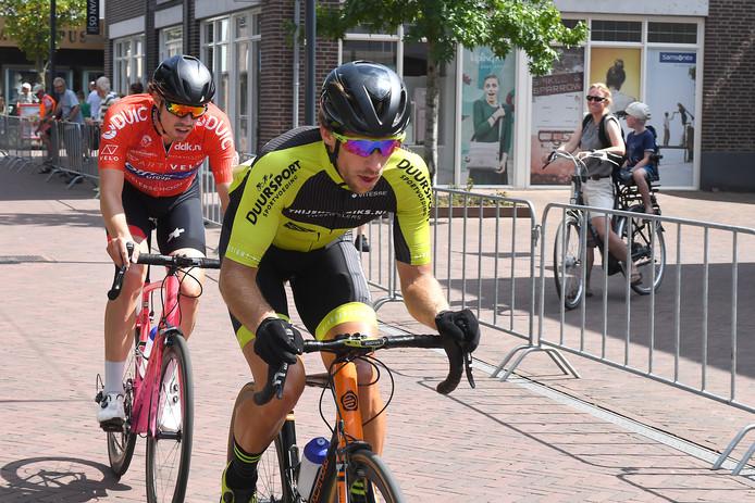 Juul van Loon sleurt op kop in Boxmeer, met de latere winnaar Elias de Bruijne.