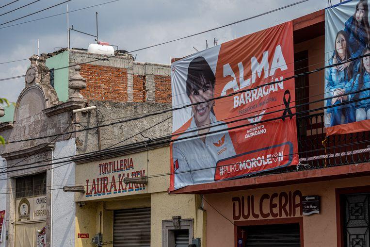 Een verkiezingsspandoek van Alma Barragán in Moroleón, een week geleden werd ze vermoord. Beeld Alejandro Cegarra