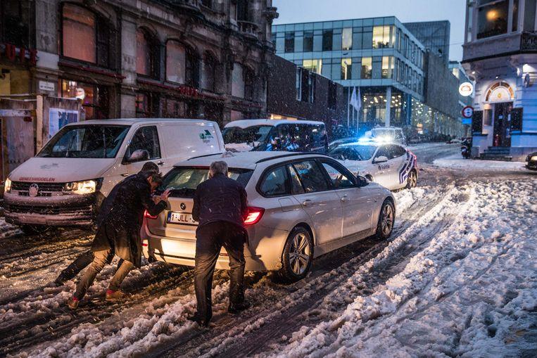 Een auto raakt niet meer vooruit in Gent.