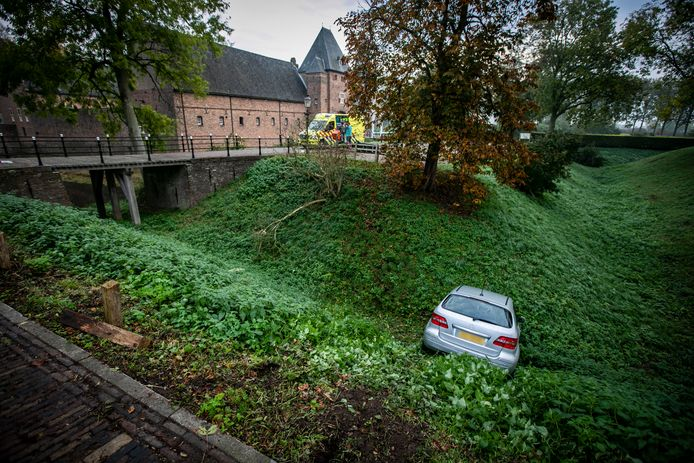De auto in de gracht bij kasteel Doorwerth.