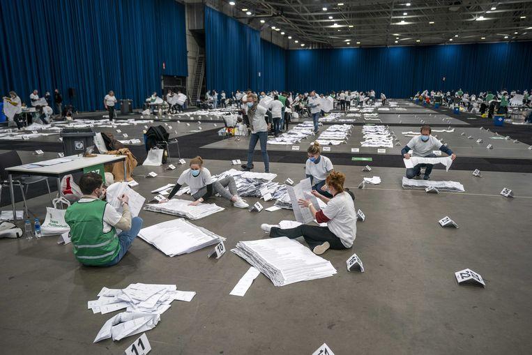 In Ahoy Rotterdam worden de stembiljetten geteld die in circa honderd stembureaus zijn verzameld. Vanwege het coronavirus is er om veilig te kunnen tellen voor een grote locatie gekozen.  Beeld ANP