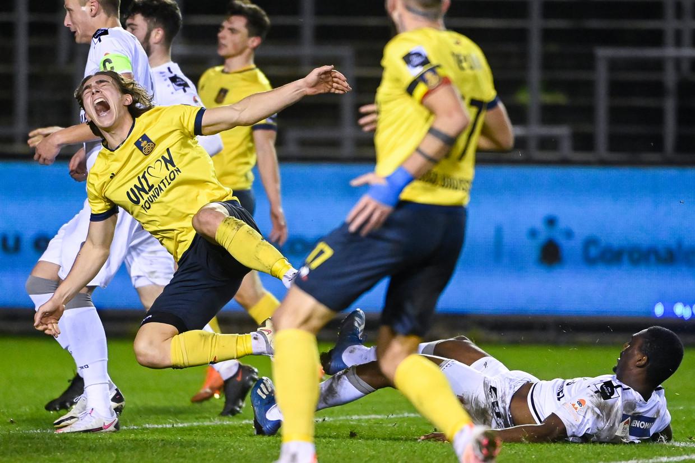 Casper Nielsen van Union wordt getackeld in de match tegen Lierse Kempenzonen. Beeld BELGA