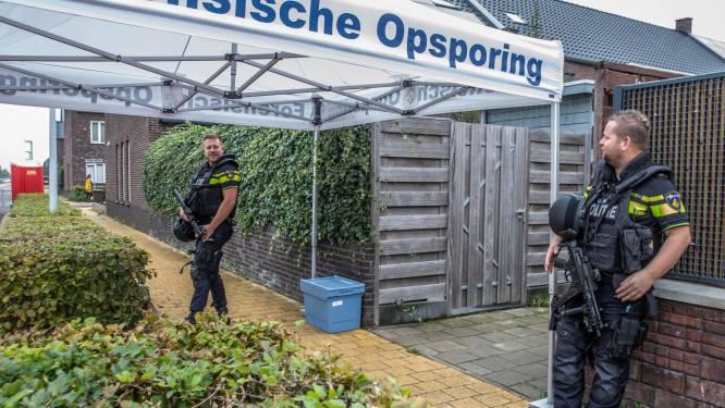 Zwaarbewapende agenten bewaken Zwolse straat waar kogelregen werd afgevuurd